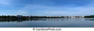 rivière, reflet, de, nuages, sur, grand-angulaire