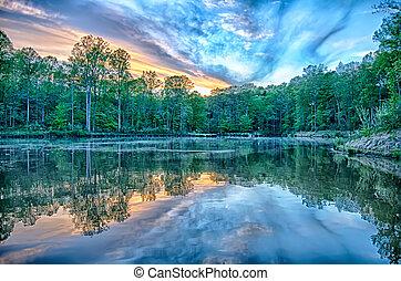 rivière, reflet, de, nuages, sur, large, angle.