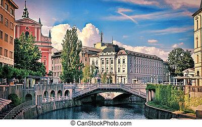 rivière, vue, vieux bâtiment, slovenia., ljubljanica, ville...
