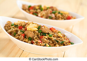 riz, oeufs, poulet frit, légumes