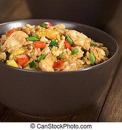 riz, poulet, oeuf frit, légumes