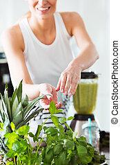roślinny sok, kobieta, przygotowując