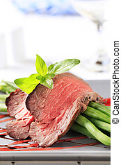 Roast beef with string beans - Slices of roast beef with...
