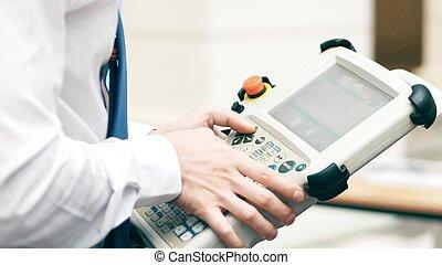 robótica, ingeniero, utilizar, industrial, touchscreen, computadora