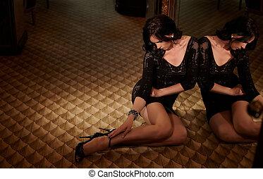 robe, assied, femme, noir, floor.
