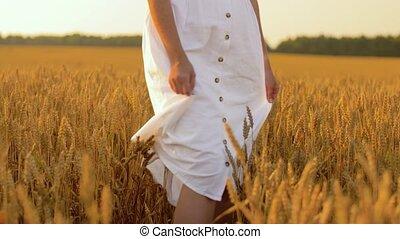robe blanche, long, champ, marche femme, céréale
