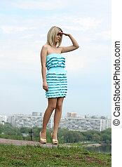 robe bleue, dame, jardin