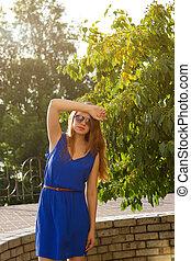 robe bleue, girl, parc