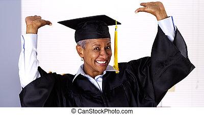 robe, femme, enthousiaste, remise de diplomes, noir, mûrir