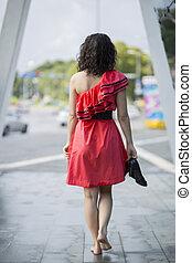 robe, marche, femme, pieds nue, rouges