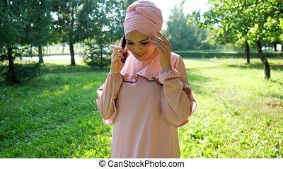 robe, musulman, arbres, parle, lumière soleil, femme, téléphone, lent, écharpe, mouvement, fermé