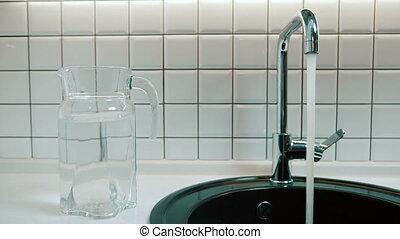 robinet, verse, couler, eau, sombrer, indoors., ouvre, homme