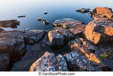 rocas, de, pedregoso, costa, en, agua calma, de, lago