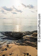 rocha, praia, com, pacata, mar, durante, amanhecer, em, alvorada