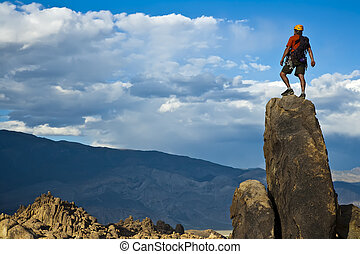 rock bergsbestigare, nearing, den, summit.