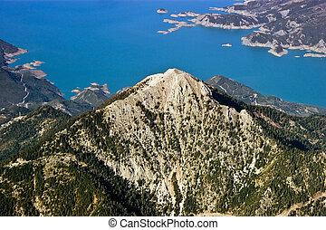 rocky bjerg, nær, sø