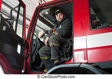 roda, firefighting, bombeiro, atrás de, caminhão, guiando