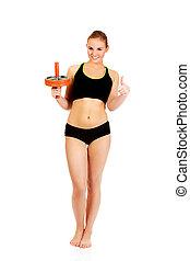 roda, mulher, sporty, mostrando, cima, jovem, segurando, desporto, polegar