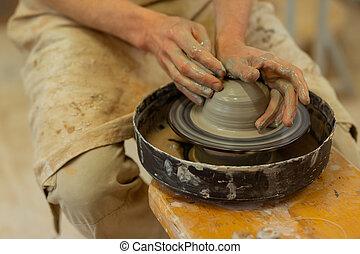 roda olaria, sentando, madeira, mãos sujas, homem forte