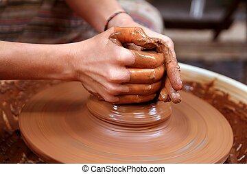 roda, trabalhando, handcrafts, mãos, oleiro, closeup, argila