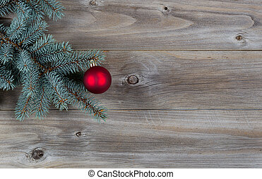 rode bal, kerstbal, op, pijnboom, tak, met, rustiek, hout
