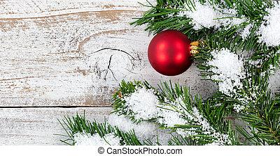 rode bal, ornament, voor, kerstmis vakantie, met, evergreen, en, sneeuw, in, achtergrond