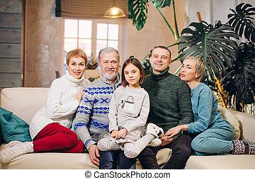 rodina, šťastný, pohovka, prodloužený, seděn spolu