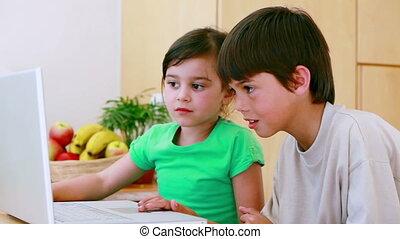 rodzeństwo, laptop, pisząc na maszynie, szczęśliwy