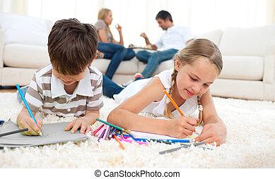 rodzeństwo, podłoga, rysunek, leżący, skoncentrowany