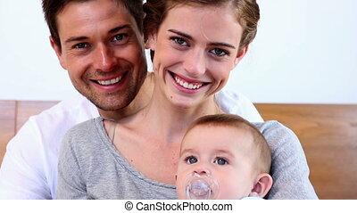 rodzice, szczęśliwy, niemowlę łóżko, posiedzenie