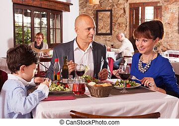 rodzina, chłopiec, restauracja, szczęśliwy