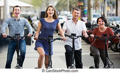rodzina, cztery, electrkc, zwykły, rowery