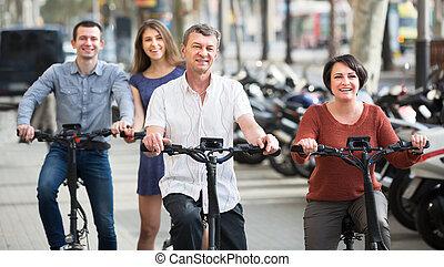 rodzina, electrkc, cztery, rowery, dorosły, uśmiechanie się