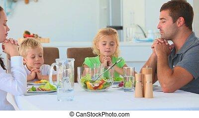 rodzina, modlący się, na stole
