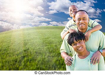 rodzina, na, niebo, chmury, polna trawa