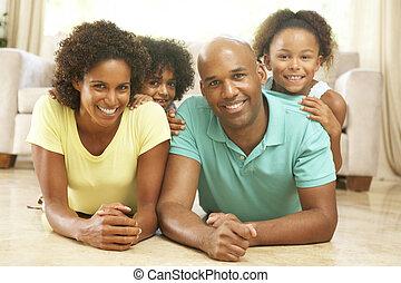 rodzina, odprężając na domu, razem