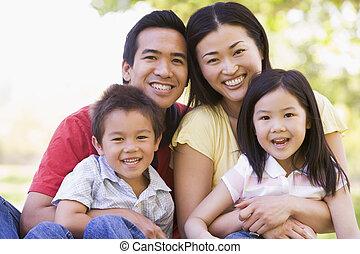 rodzina, posiedzenie, outdoors, uśmiechanie się