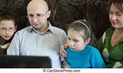 rodzina, posiedzenie, sofa, ekran, obrzuca, laptop