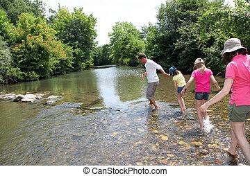 rodzina, przejście, rzeka, w, lato