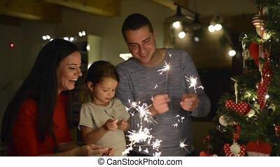 rodzina, sparklers, drzewo, młody, home., boże narodzenie