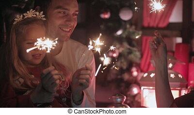 rodzina, sparklers, dwa, uroczy, oświetlenie, rok, nowy, powitany, dzieci, szczęśliwy