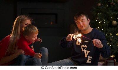 rodzina, sparklers, młody, czas, home., boże narodzenie