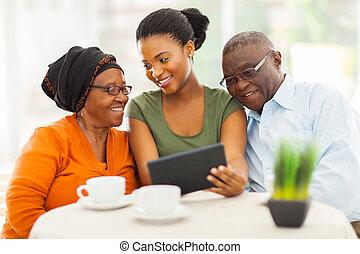 rodzina, tabliczka, afrykanin, pc, używając, dom