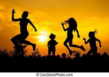 rodzina, taniec, time., zachód słońca, droga, szczęśliwy
