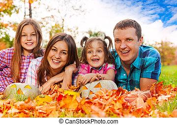 rodzina, w, autumn odchodzi, z, halloween, pumkins