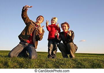 rodzina, z palcami, na, trawa