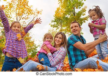 rodzina, z, trzy dziewczyny, w, autumn odchodzi