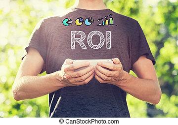 roi, concept, met, jonge man, vasthouden, zijn, smartphone