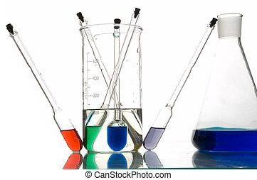 rojo, azul y verde, retorts, con, líquidos, fondo blanco,...