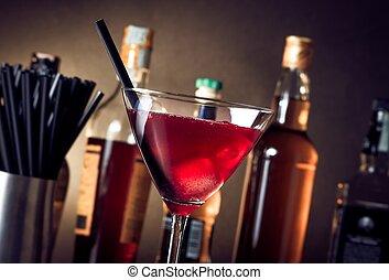 rojo, cóctel, en, un, vidrio, con, hielo, y, paja